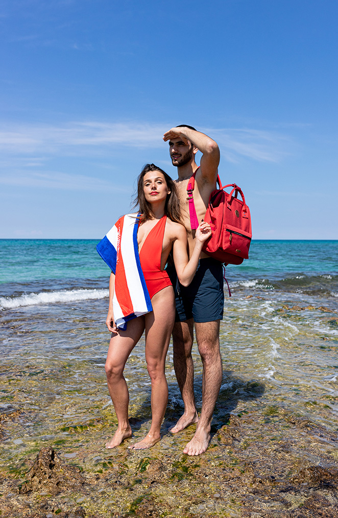 un jeune homme et une femme se tiennent au bord de l