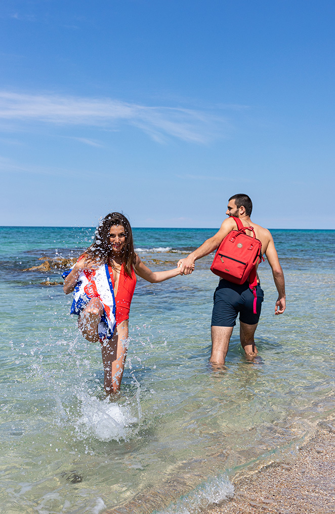 un homme et une femme se tenant la main jouent au bord de mer, l